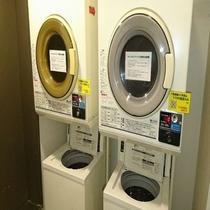2階にコインランドリーがございます。洗濯:200円/洗剤:100円/乾燥30分200円