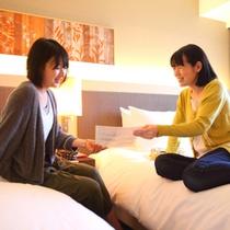 ■客室イメージ・女性2名■ 明るい室内でゆったりお過ごしください