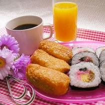 朝食(巻き寿司・お稲荷)