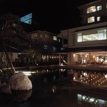 *夜ライトアップされた庭園