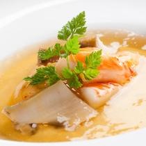 【玉子豆腐 海の宝石箱】はイセエビ・あわび・うにを一皿で味わえる豪華な一品