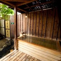 【貸切露天風呂】檜薫の湯は大き目の浴槽でゆったりお入りいただけます