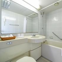 *【ダブルルームの浴室】ユニットタイプのコンパクトなバスルーム。