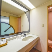 *【ツインルームの洗面】広々とした洗面室。