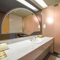 *【スイートルームの洗面】広々とした洗面室で快適です。