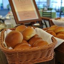 (朝食バイキング例)朝食バイキングでは毎日、焼きたてパンを皆様にご提供しております。