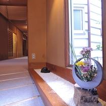 *【館内/廊下】廊下にはスロープがあるので、足にご不安のある方も安心してお過ごしいただけます。