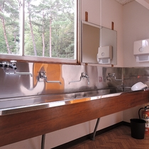 *【館内/洗面所】洗面所はお部屋の近くにご用意しております。蛇口の数も多いのでご利用には困りません。