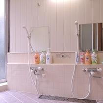 *【お風呂/男性用】シャワーも3つあるので混雑なく快適にご利用いただけます。
