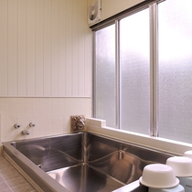 *【お風呂/男性用】3~4名までは一度に入れる大きさの浴槽を備えております。
