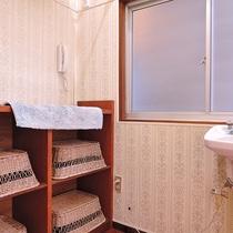 *【お風呂/女性用脱衣所】広くはありませんが清潔に保たれており、使いやすい環境を整えております。