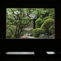 館内から庭園を望む