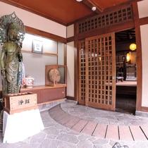 *玄関/宿に到着後は天然温泉をゆっくりと楽しんでください。