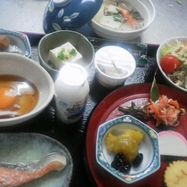 *朝食/温泉粥又は長野県産コシヒカリのご飯、八ヶ岳の地卵など地元グルメが盛りだくさん!