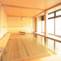 柔らかな日差しの桧風呂