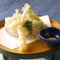 *【夕食(お食事一例)】彩り揚 たらの芽・ウルイ
