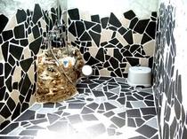 割りタイルとシャコ貝シンクのシャワーブース