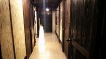 沖縄漆喰と木材の廊下です