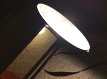 館内のどこか懐かしいくなる傘付きのレトロ照明です