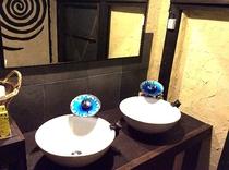 海をイメージした蛇口の共同洗面台です。大きな鏡を据え付けてありますよドライヤーも据え付けです