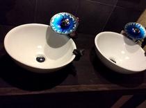 海をイメージした蛇口の共同洗面台です