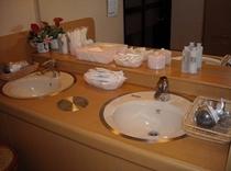 女子浴場には化粧水や乳液、コットンもご用意しております!!急な宿泊にも安心してご利用いただけます♪