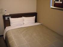 スタンダードセミダブルルームでございます。リーズナブルにカップルやご夫婦でのご旅行にいかがでしょうか