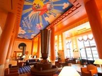 吹抜けの開放的なロビーの天井にはディズニーの世界が