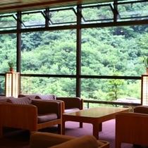 ◇「ロビー」 緑の渓谷を望む大きな窓