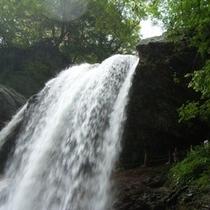 ◆滝の裏側が歩ける何とも豪快な雷滝