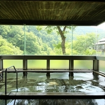 ◆大きな窓の外に景色が広がる内湯