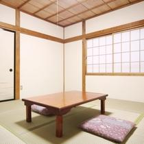 和室8畳のお部屋になります。