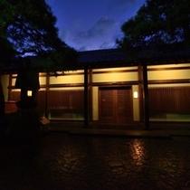 薄暮時、あたみ石亭改装後の玄関