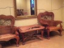 【エントランス】お待ち合わせには、籐の椅子をどうぞ。