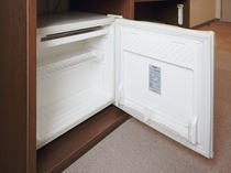 【冷蔵庫】空の冷蔵庫を設置しています。電源OFFの状態なので、中のスイッチを入れてご使用下