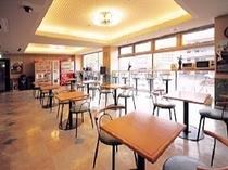 【2Fロビー】明るく開放感がありくつろげます。朝食会場、打合せスペース、談話室と大活躍中です。
