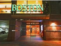 【ボストン夜の顔:正面玄関】繁華街「都町」は徒歩すぐ。飲みすぎてもフロントは24時間対応なので大丈夫