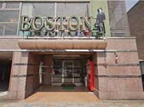 【ボストン昼の顔:正面玄関】エントランスを入ると2階がフロントになっています。