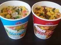 【カップ麺】フロントにて180円で販売中。シーフードとしょうゆの2種類をご用意しています。