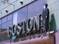 【昼の顔】大分駅から徒歩7分、国道10号線沿い。ボストンくんのロゴが目印です。