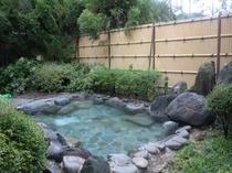 昼の大浴場の露天風呂