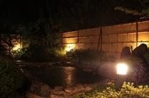 夜の大浴場の露天風呂