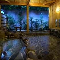 森の露天風呂 豊かな自然の中で聞こえてくる鳥の鳴き声や木々のささやき、そして湯の流れる音、吹き抜ける