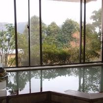 白濁の名湯越しには、箱根の景観も大満喫☆ 24時間何度でも、ご利用頂けます。