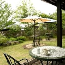 緑がまばゆい夏の午後。ゆったりとお茶を楽しみながら自然の美味しい空気をおめしあがりください。