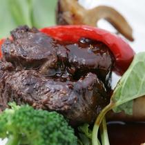 ア・マ・ファソンの肉料理一例