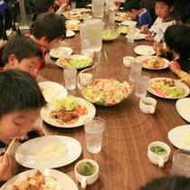 *子供たちの食事風景