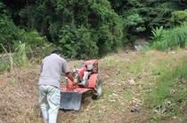 サボテンスマイルの裏を畑に改造中・・・近所のおっちゃんに手伝ってもらいました。