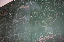 リビング内の壁一面が黒板です。思い出を残して行ってください。