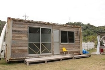 サボテンスマイルに離れが完成!2名までの個室です!目の前には芝生が広がります。